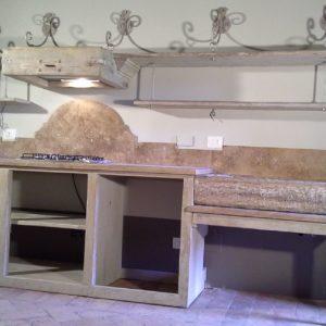 Cucina completa in marmo e pietra su struttura lignea a misura
