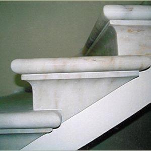 particolare di scalini classici in marmo bianco