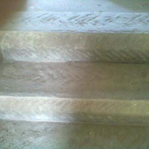 scalini in pietra scalpellata con motivo a lisca di pesce