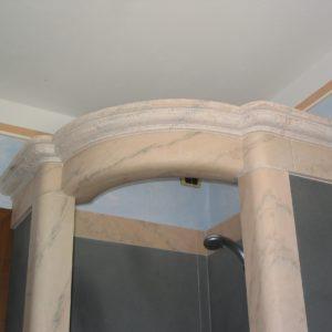 particolare di cabina doccia stile liberty in marmo rosa Portogallo e pietra