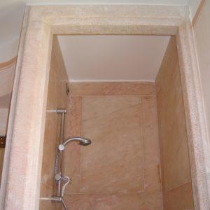 particolare di cabina doccia moderna in marmo rosa Portogallo