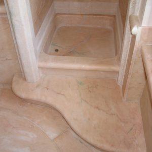 Scalino a onda e piatto doccia in marmo rosa Portogallo